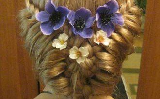 прическа летняя с цветами