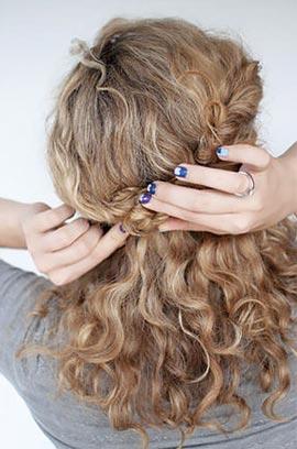 прическа для кудрявых волос