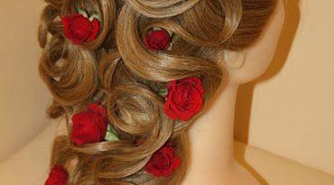 прическа с розами